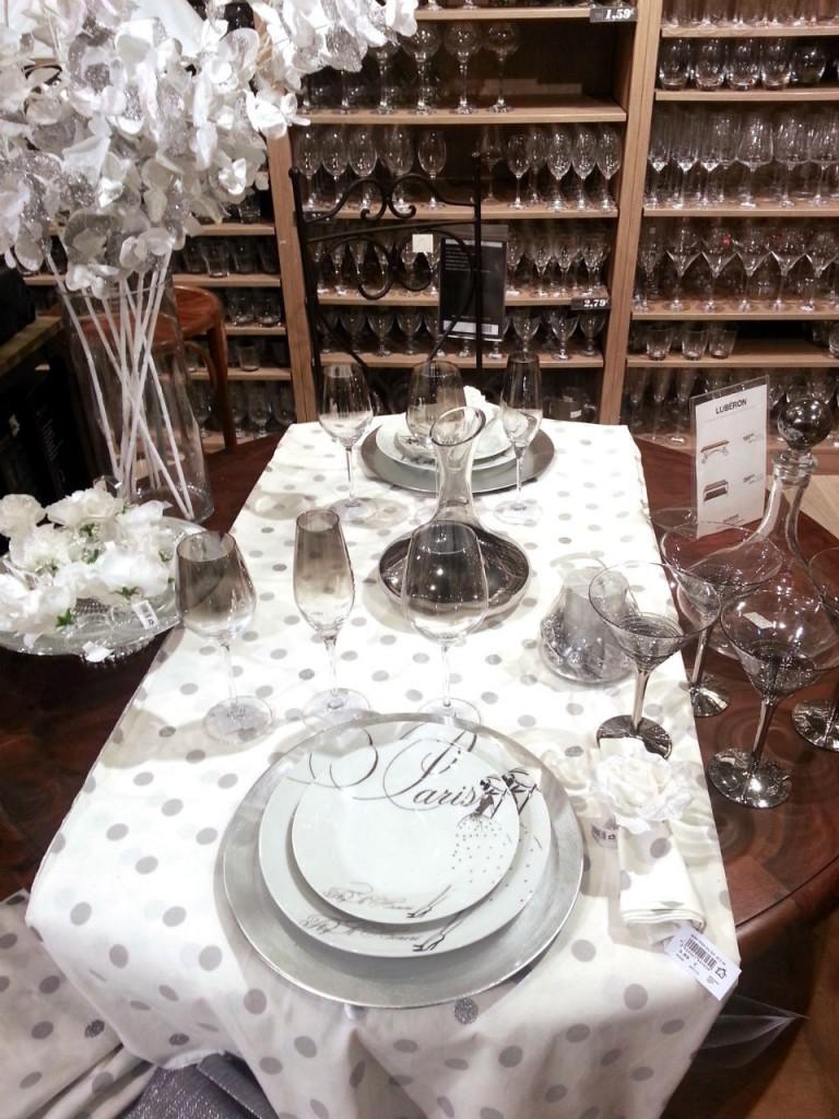 Le chemin de table, les verres, les portes couteaux, les bougeoirs, la nappe doivent être assortis