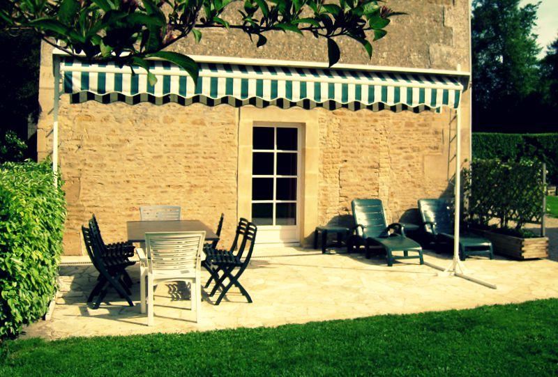 Un revêtement de sol de terrasse en pierre apporte un certain charme d'antan à votre extérieur.
